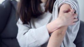 A mulher com alergia tem o prurido filme