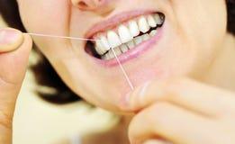Mulher com algum floss dental Foto de Stock
