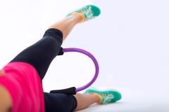 Mulher com anel de Pilates Foto de Stock