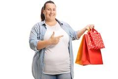 Mulher com apontar dos sacos de compra imagens de stock royalty free