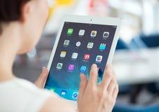Mulher com ar do iPad de Apple Imagens de Stock
