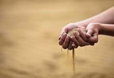 Mulher com a areia nas mãos Imagens de Stock Royalty Free