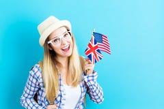 Mulher com as bandeiras de países de língua inglesa foto de stock