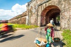 Mulher com as cestas na cidade da matiz, Vietname, Ásia. imagem de stock royalty free