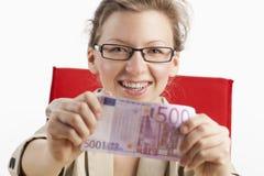 Mulher com as cinco cem notas de banco do euro Imagens de Stock