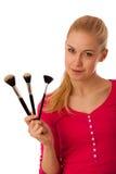 Mulher com as escovas dos cosméticos para a composição isoladas Fotos de Stock