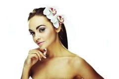 Mulher com as flores brancas brilhantes fotos de stock