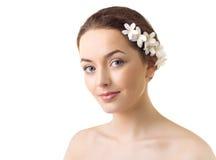 mulher com as flores em seu cabelo Fotos de Stock Royalty Free