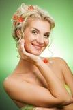 Mulher com as flores em seu cabelo Foto de Stock