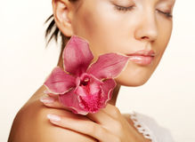 Mulher com as flores isoladas no branco Foto de Stock Royalty Free