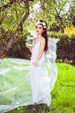 Mulher com as flores naturais no cabelo e no birdcage Imagem de Stock
