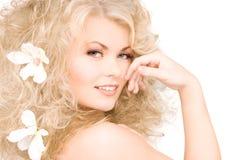 Mulher com as flores no cabelo Imagens de Stock