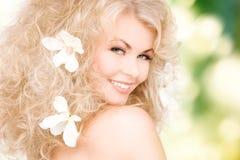 Mulher com as flores no cabelo Fotografia de Stock Royalty Free