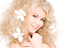 Mulher com as flores no cabelo Imagem de Stock Royalty Free