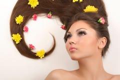 Mulher com as flores no cabelo Imagens de Stock Royalty Free