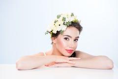 Mulher com as flores no cabelo Foto de Stock Royalty Free