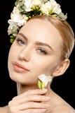 Mulher com as flores no cabelo Fotografia de Stock