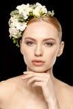 Mulher com as flores no cabelo Foto de Stock