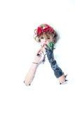 Mulher com as flores vermelhas no cabelo que faz a composição Imagem de Stock Royalty Free