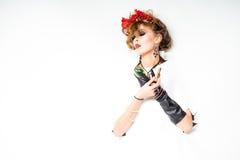 Mulher com as flores vermelhas no cabelo que faz a composição Foto de Stock Royalty Free