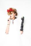 Mulher com as flores vermelhas no cabelo que faz a composição Fotos de Stock Royalty Free