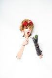 Mulher com as flores vermelhas no cabelo que faz a composição Fotos de Stock