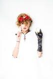 Mulher com as flores vermelhas no cabelo que faz a composição Imagens de Stock Royalty Free