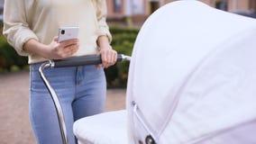 Mulher com as fotos do smartphone do desdobramento do transporte, redes sociais, tecnologia vídeos de arquivo