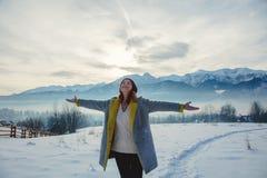 Mulher com as mãos abertas que relaxam em exterior Fotos de Stock Royalty Free