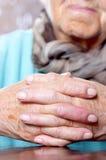 Mulher com as mãos clasped fotos de stock royalty free