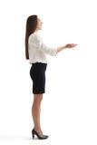 Mulher com as palmas abertas que olham acima Foto de Stock