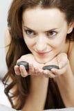 Mulher com as rochas quentes dos termas Fotografia de Stock Royalty Free