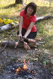 Mulher com as salsichas em varas Fotos de Stock Royalty Free