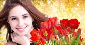 Mulher com as tulipas vermelhas frescas do ramalhete bonito Imagens de Stock Royalty Free