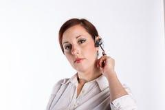 Mulher com auriculares de Bluetooth fotografia de stock