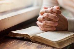 Mulher com a Bíblia fotografia de stock royalty free