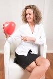 Mulher com balão do coração imagem de stock royalty free