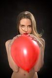 Mulher com balão vermelho Imagens de Stock