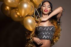 Mulher com balões dourados Fotos de Stock Royalty Free