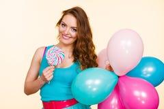 Mulher com balões e o pirulito coloridos Foto de Stock Royalty Free