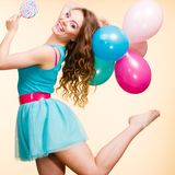 Mulher com balões e o pirulito coloridos Fotografia de Stock Royalty Free