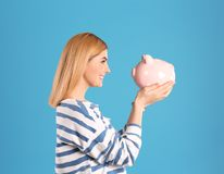 Mulher com banco Piggy fotografia de stock