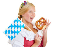 Mulher com bandeira bávara que come o pretzel Fotos de Stock