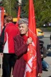 A mulher com bandeira participa na demonstração do primeiro de maio em Volgograd Fotos de Stock Royalty Free