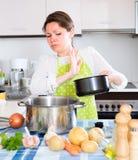 Mulher com a bandeja fétido na cozinha Imagens de Stock
