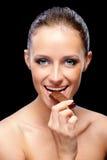 Mulher com barra de chocolate fotografia de stock