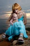 Mulher com bebê à disposicão Fotos de Stock Royalty Free
