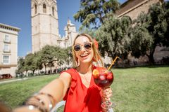 Mulher com bebida da sangria fora em Valência foto de stock