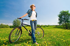 Mulher com bicicleta Foto de Stock