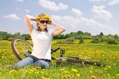 Mulher com bicicleta Fotografia de Stock